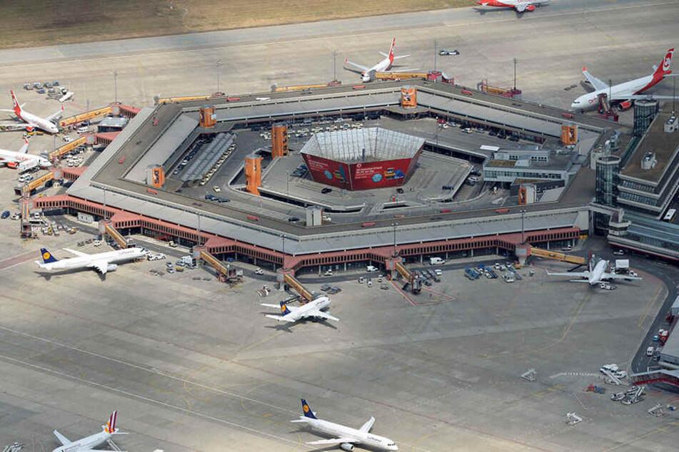 Frau stürzt am Flughafen Tegel aus Flugzeug