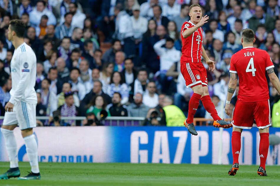 Josua Kimmich (2.v.r.) jubelt mit seinem Teamkameraden Niklas Süle. Superstar Cristiano Ronaldo schaut verlegen weg,