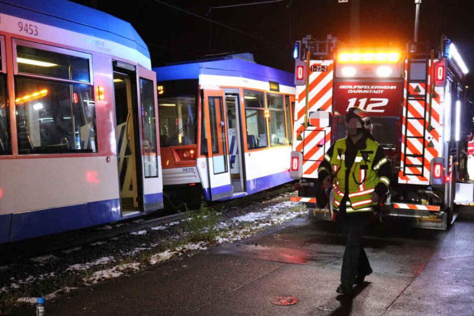 Die Feuerwehr musste die unter der Straßenbahn eingeklemmte Person befreien.