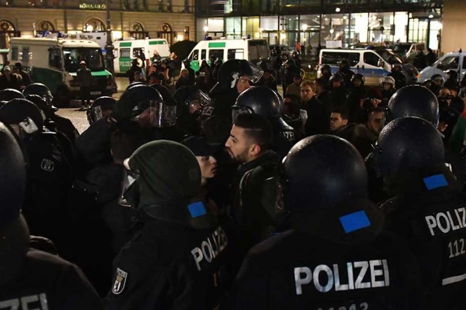 Die Polizei sicherte die Demonstration mit 450 Beamten ab.