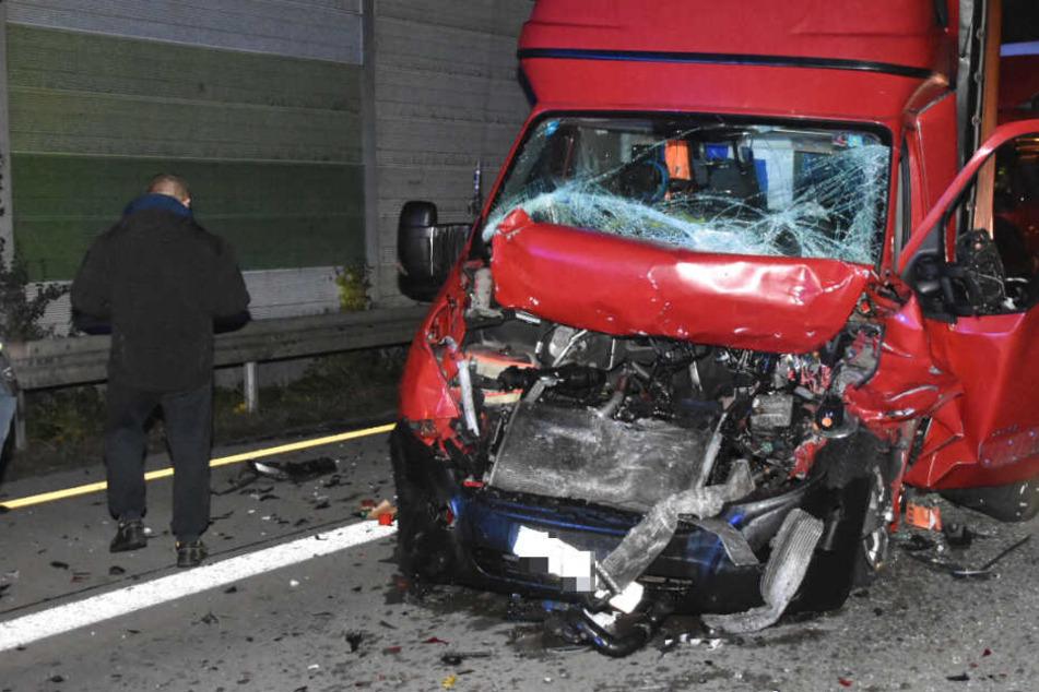 Schwerer Autobahn-Unfall: Klein-Lkw übersieht Stauende an Baustelle