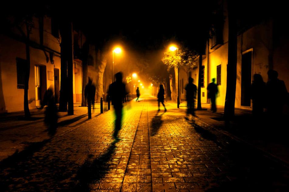 Sechs Männer haben in der Nacht auf Samstag drei junge Frauen belästigt. (Symbolbild)