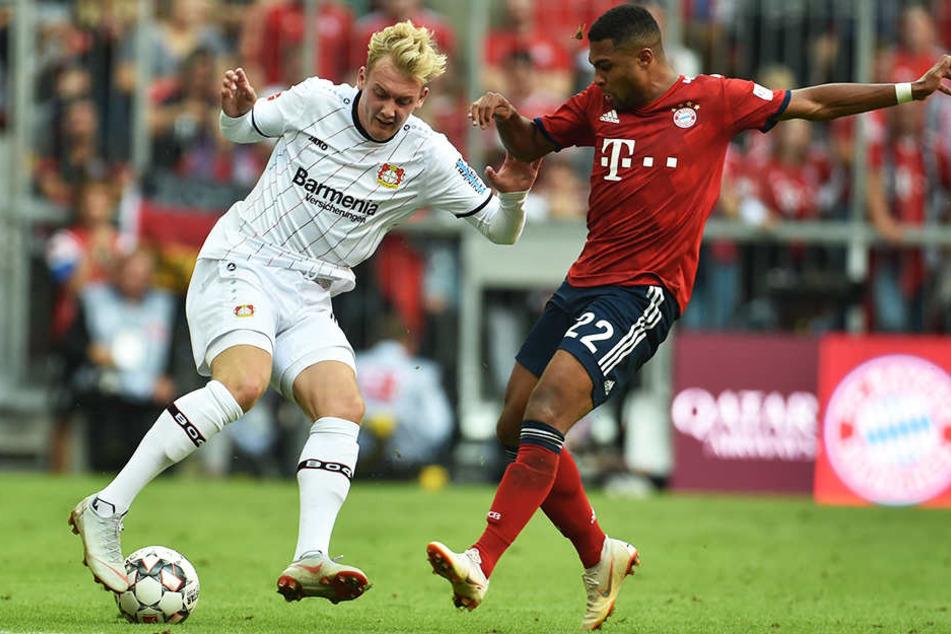 Leverkusens Julian Brandt (l.) im Duell mit Bayerns Serge Gnabry (r.).