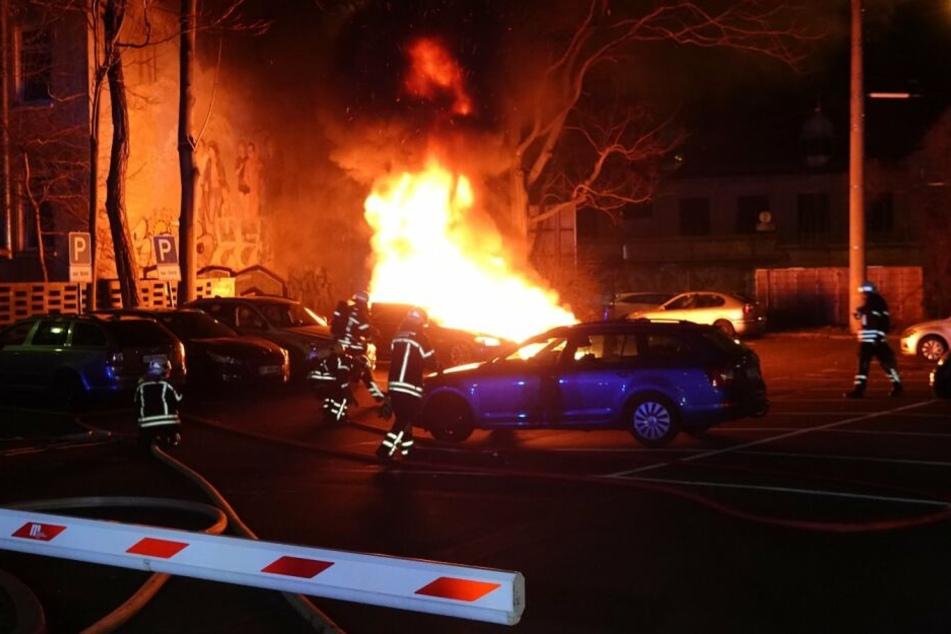 Auf einem frei zugänglichen Anwohnerparkplatz brannten zwei Fahrzeuge.