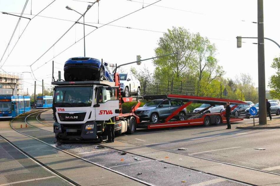 Der mit zahlreichen Autos beladene Lkw hat an dieser Rostocker Kreuzung eine Straßenbahn gerammt.