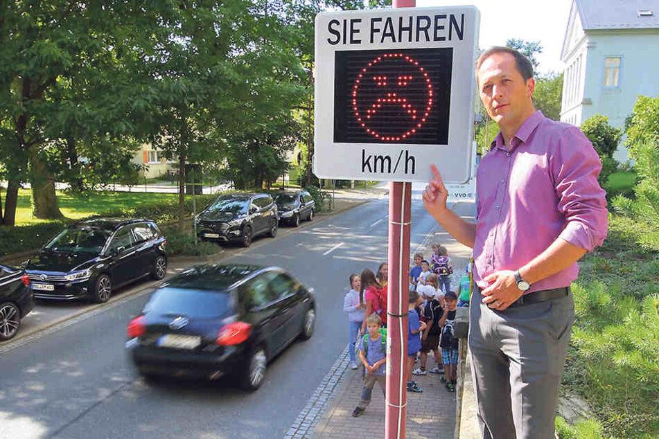 Bad Schandaus Bürgermeister Thomas Kunack (39) an dem Tempomessgerät. Es steht  ganz bewusst in der Nähe einer Kita.