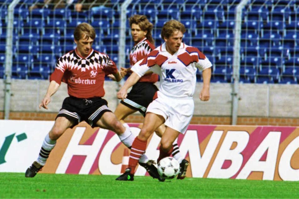 """Das waren noch Zeiten: Zwickau in der 2. Bundesliga - hier behauptet Jörg """"Jockel"""" Kirsten (r.) den Ball vor Hannovers Matthias Kulmey. In der Saison 1995/95 wurde Zwickau Fünfter."""