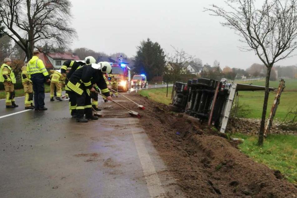 Die Feuerwehr musste den tonnenschweren Lkw aus dem Straßengraben bergen.