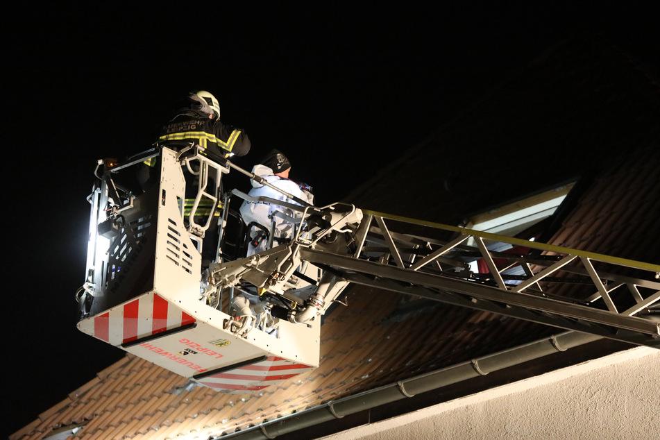 Die Feuerwehr half den Kriminalisten beim Ausleuchten des Fachfensters, aus dem eines der Opfer gestürzt war.