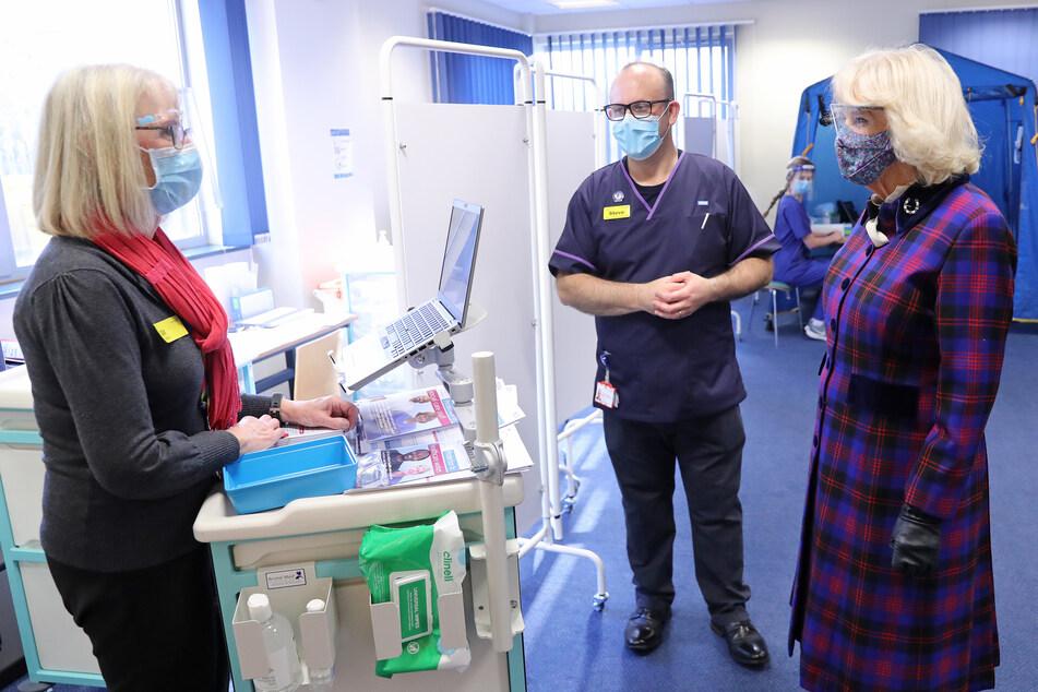 Herzogin Camilla spricht im Impfzentrum des Gloucestershire Royal Hospital mit Mitarbeitern des Gesundheitswesens.