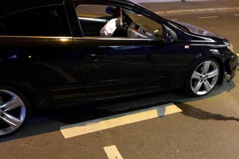 Ein Auto überfuhr eine Verkehrsinsel und riss ein Verkehrsschild aus der Verankerung.