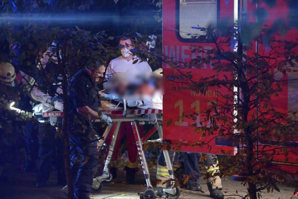 Ein schwerverletzter Mann wird auf einer Trage in einen Rettungswagen geschoben.