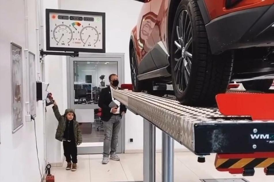 Alessio (5), Sohn von Sarah Lombardi, erkundet die Auto-Werkstatt.