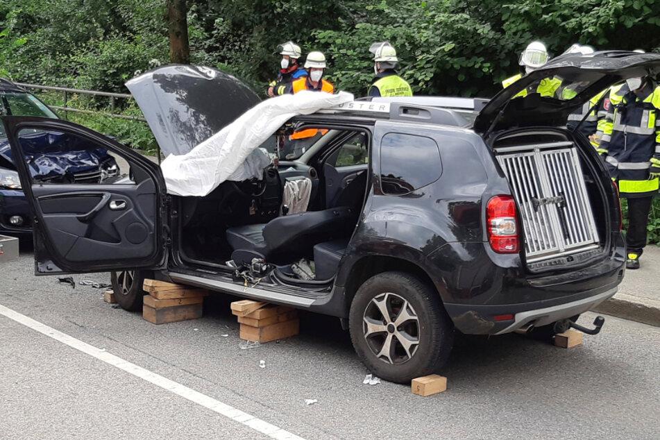 Der Dacia wurde zur Rettung seitlich aufgeschnitten.