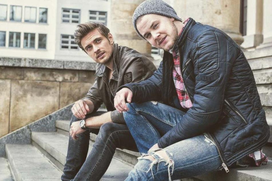 Jörn Schlönvoigt (31, l.) und Felix van Deventer (21) haben in der Drehpause viel Spaß.