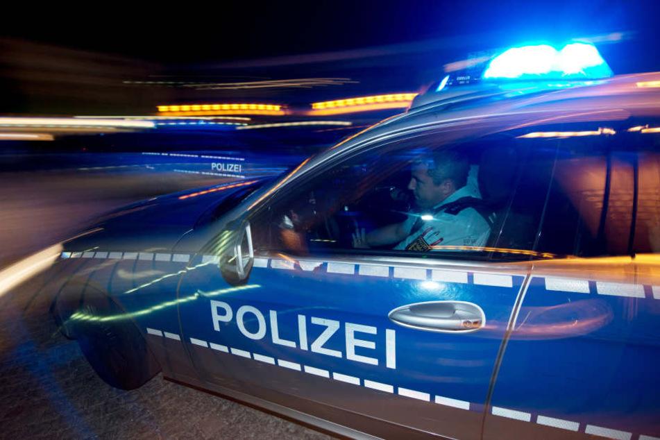 Mit einem abgemeldeten Pkw flüchtete ein 22-jähriger unter Drogen stehender Mann mit zwei Insassen vor der Polizei. (Symbolbild)