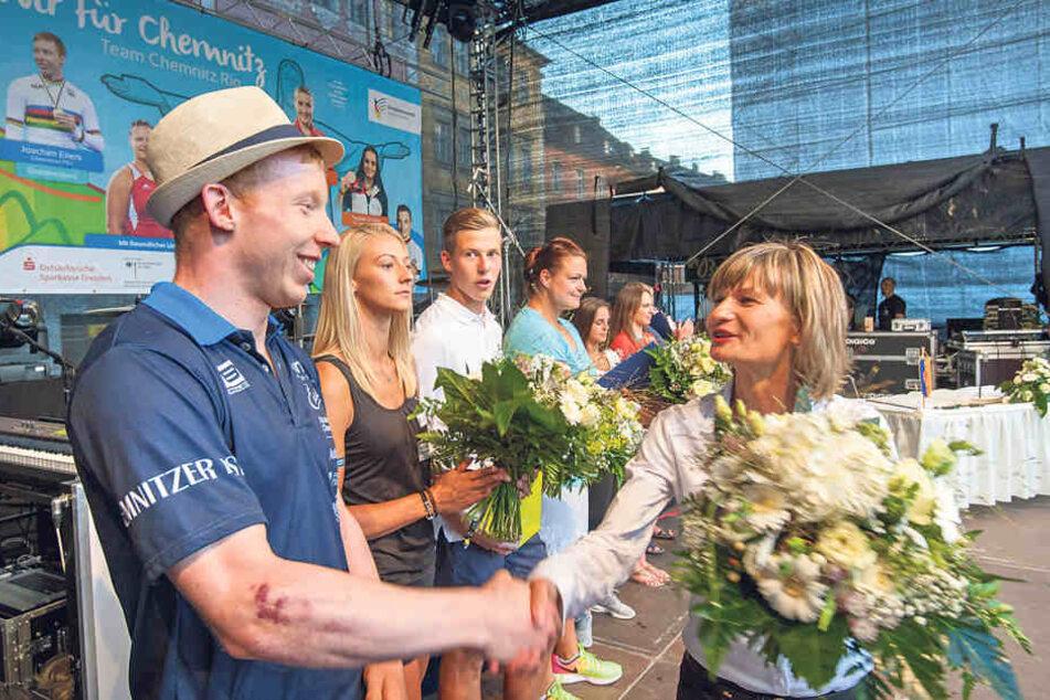 OB Barbara Ludwig (54, SPD, r.) begrüßte Olympia-Radfahrer Joachim Eilers  (26).