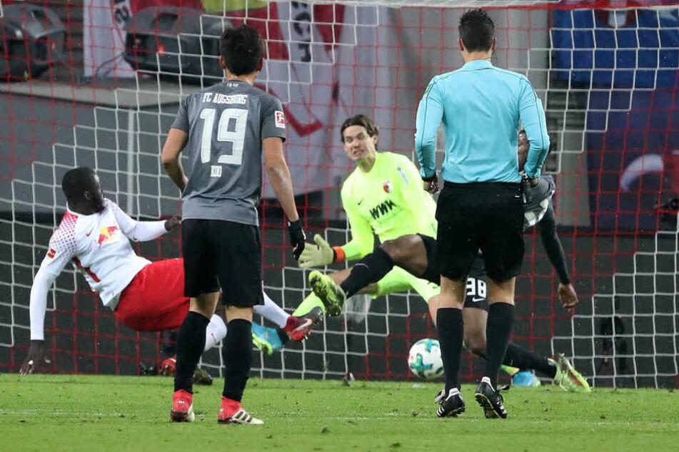 Dayot Upamecano gelang mit einem Abstaubertor zum 1:0 gegen Augsburg sein Premierentreffer für RB Leipzig.