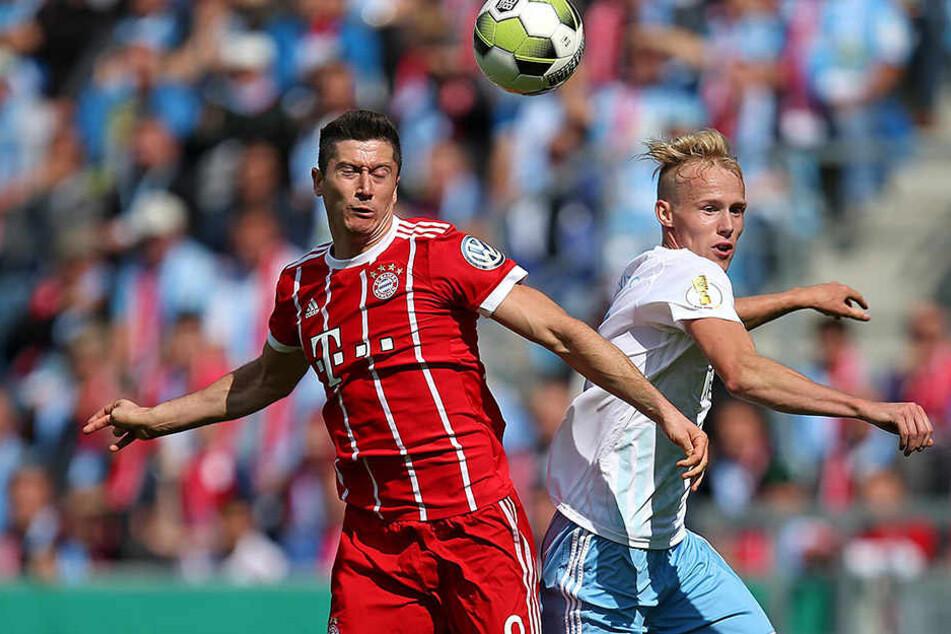 Ohne Respekt vor großen Namen agierte Tom Scheffel im Pokalduell mit Bayern München. Bei seinem Comeback traf der Chemnitzer unter anderem auf Top-Torjäger Robert Lewandowski (l.).