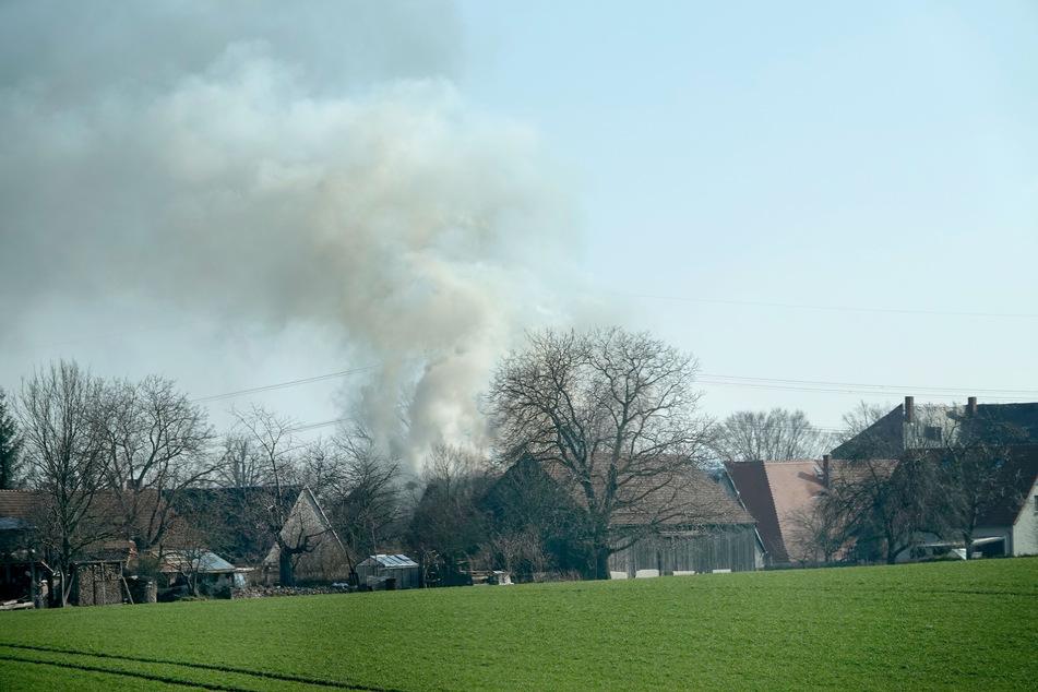 Chemnitz: Rauchwolke über Wohngebiet: Flammen greifen auf Einfamilienhaus über