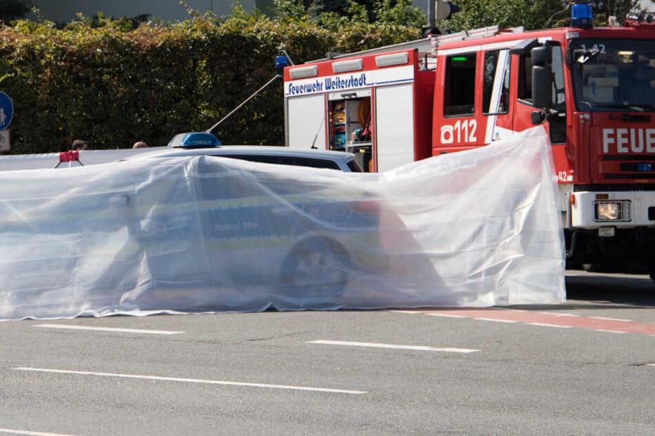 Der Unfallort wurde von den Rettungskräften weiträumig abgeschirmt.