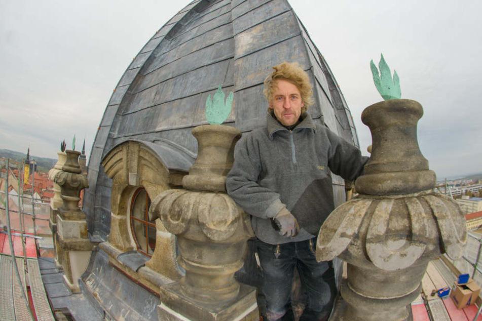 Kupferschmied Torsten Schulze (46) steht vor der frisch gedeckten Kuppel des  Bautzner Reichenturmes.