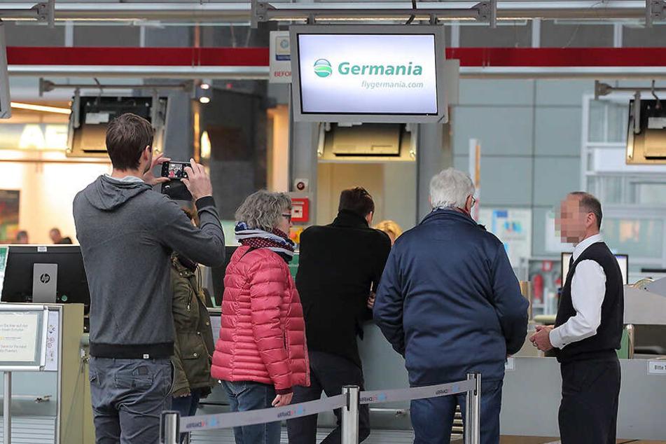 Am Germania-Schalter versuchten Mitarbeiter die Reisenden zu beruhigen.