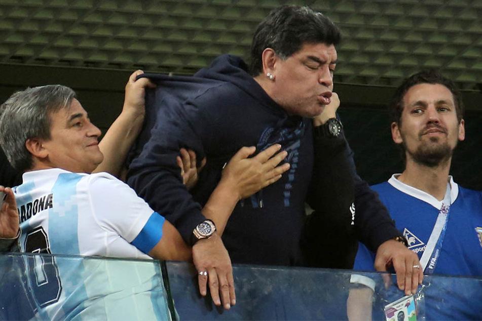 Diego Maradona (57) sorgte während der Partie zwischen Nigeria und Argentinien für ein trauriges Schauspiel auf der Tribüne.
