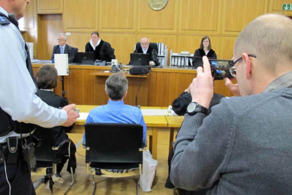 Der Mann (Mitte) im vergangenen Jahr vor Gericht.