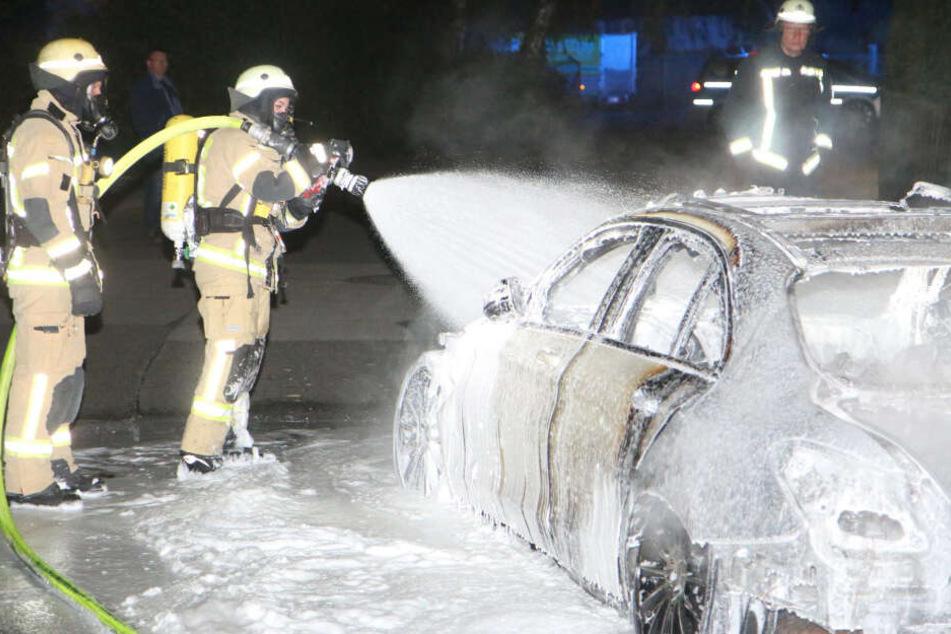Brandstiftung? Mercedes fackelt in Wohngebiet ab!