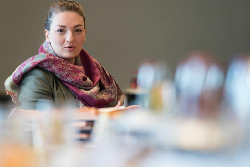 Judith Gerlach (CSU), Ministerin für Digitales von Bayern, sitzt vor Beginn einer Kabinettssitzung in der bayerischen Staatskanzlei auf ihrem Platz.