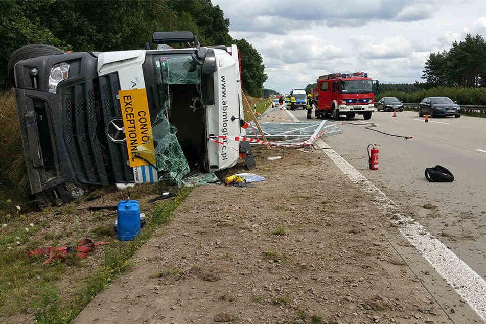 Fahrer bei Unfall in Sattelzug eingeklemmt