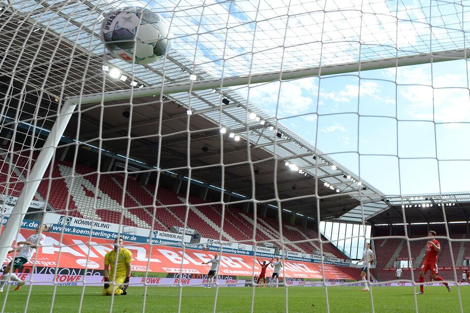 Der Ball geht beim Torschuss der Mainzer ins Netz. Fans können dies nur über die Medien verfolgen, ins Stadion dürfen sie wohl noch einige Zeit nicht.