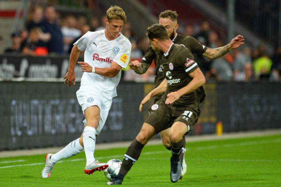 Lion Lauberbach (l., hier gegen St. Pauli) stürmt in der 2. Liga für Holstein Kiel.