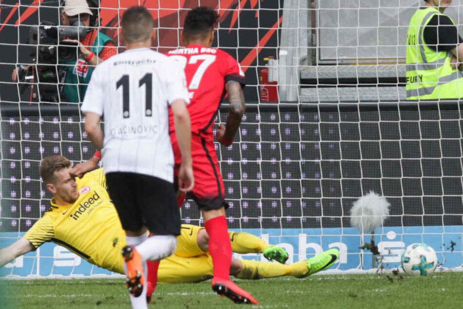 Im Elfmeter-Duell mit Herthas Davie Selke blieb Eintracht-Keeper Lukas Hradecky nur zweiter Sieger.