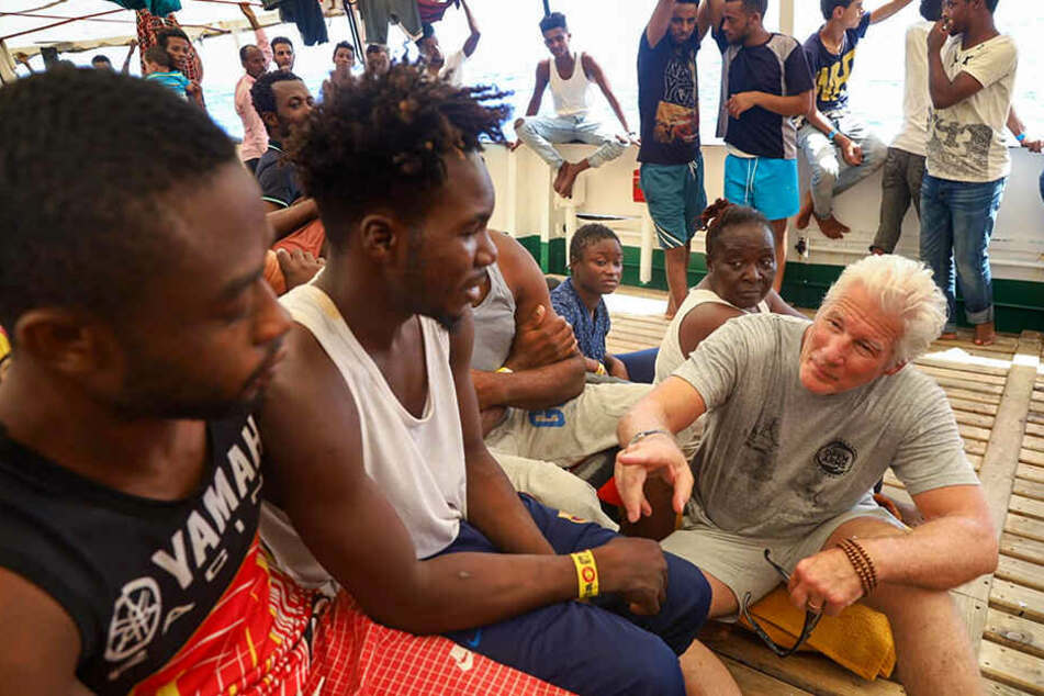 Das Rettungsschiff ist mit 121 Migranten an Bord seit einer Woche im Mittelmeer unterwegs und wartet auf einen sicheren Hafen, nachdem ihm das Anlegen durch Italien und Malta verweigert wurde.