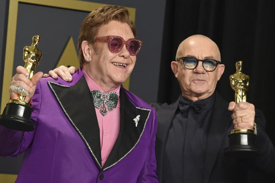 """Elton John (72) und Bernie Taupin (69) mit ihren Oscar für das beste Originallied. Sie wurden für den Song """"(I'm Gonna) Love Me Again"""" aus dem Film """"Rocketman"""" ausgezeichnet."""