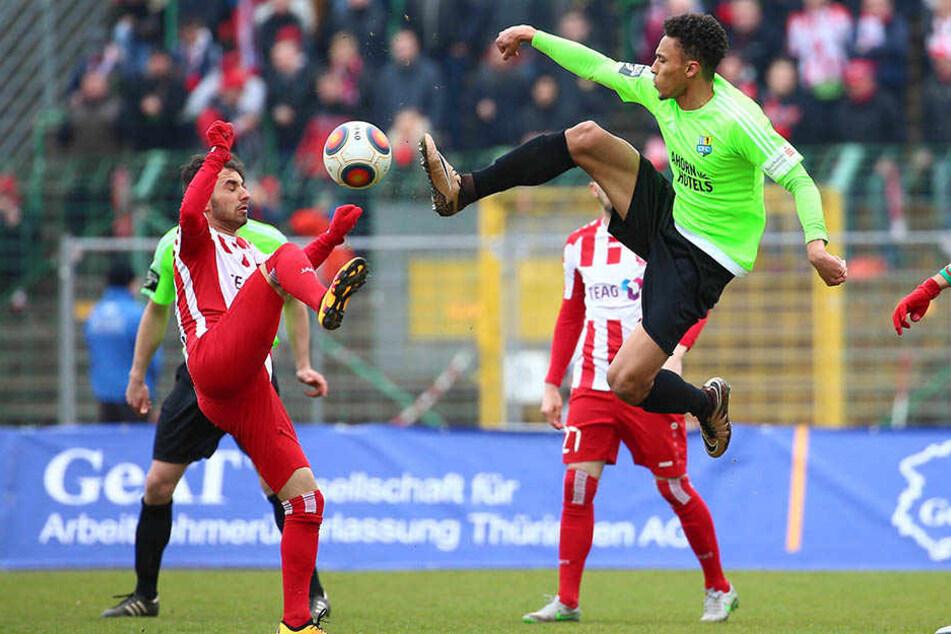 Vor einem Jahr in Erfurt war das rechte Knie noch heil! Jamil Dem geht rustikal in den Zweikampf mit Okan Aydin (l.).
