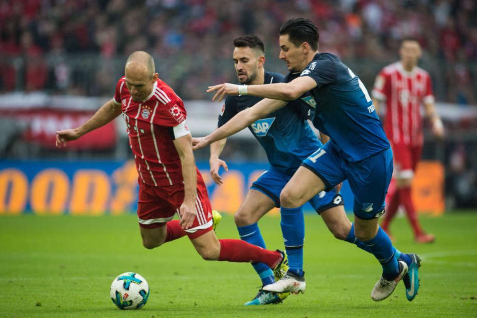 Arjen Robben (l.) von München und Benjamin Hübner (r.) von Hoffenheim im Duell um den Ball.