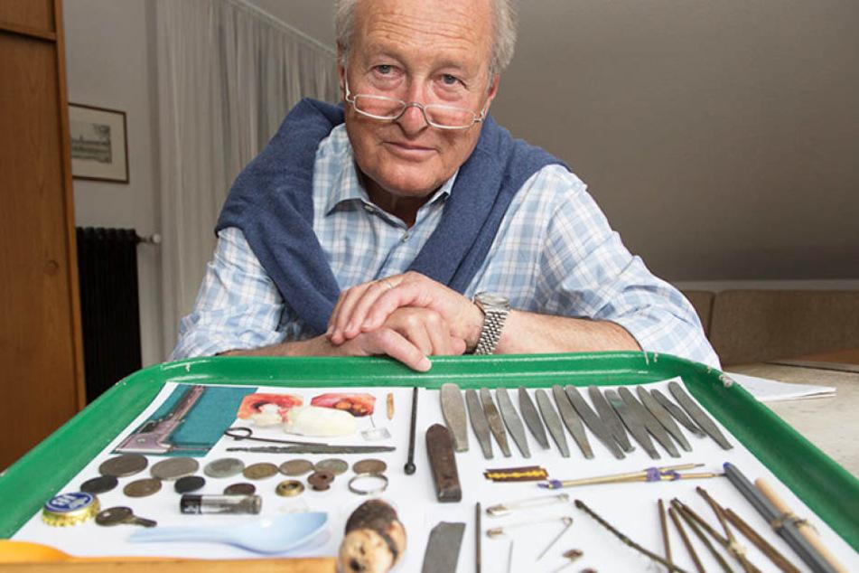 Der ehemalige Chefarzt mit seiner Sammlung an kuriosen Mageninhalten.