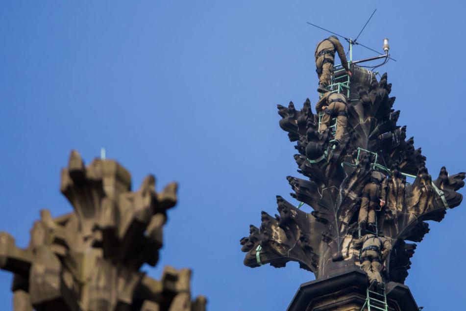 Spezialeinheiten (SEK) steigen zu Übungszwecken auf die Spitze des Nordturms des Kölner Doms.