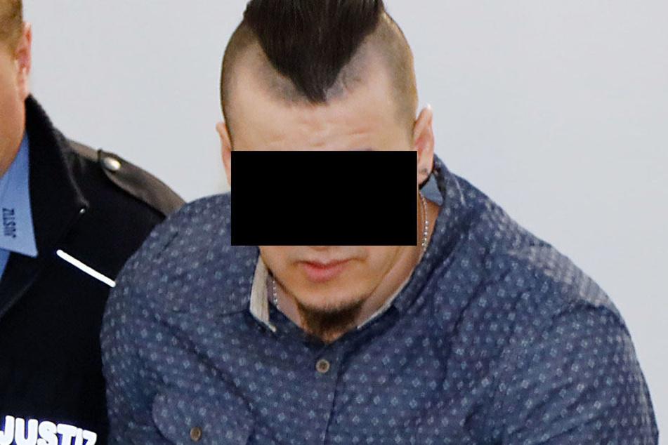 Der Angeklagte wird in den Gerichtssaal gebracht.