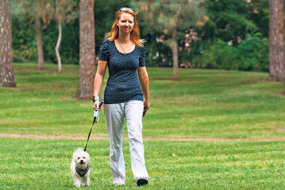 Vorbildlich! Ulrike Grimmer (35) geht schon heute mit ihrem Vierbeiner Emma  (5) an der Leine spazieren.