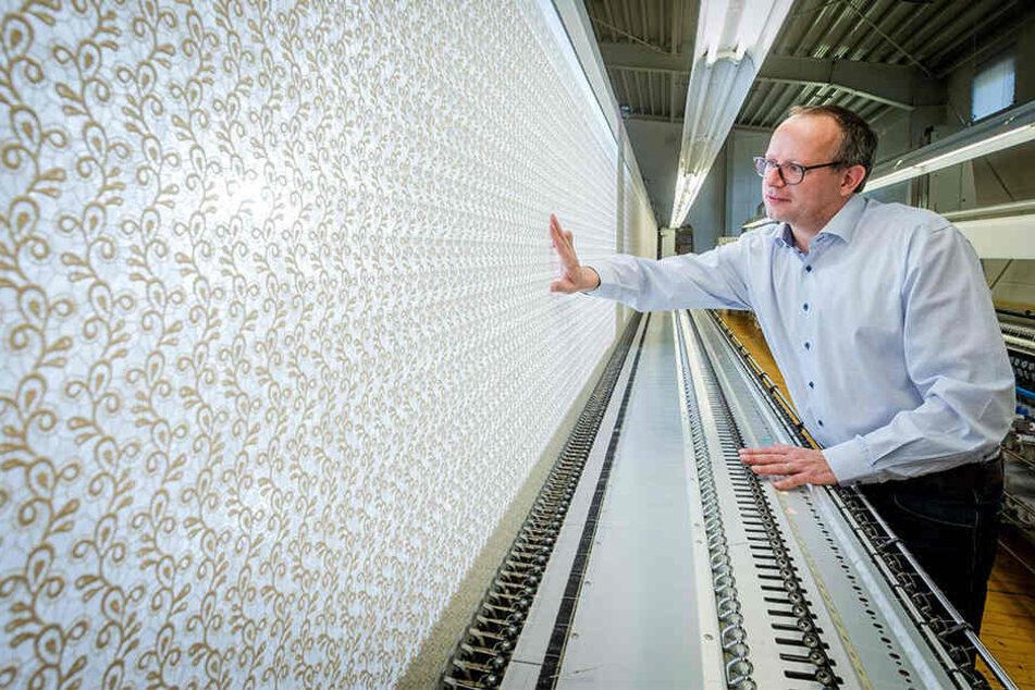 """Andreas Reinhardt (44), Geschäftsführer der Firma """"Modespitze"""", begutachtet die hochwertigen Stickereien."""
