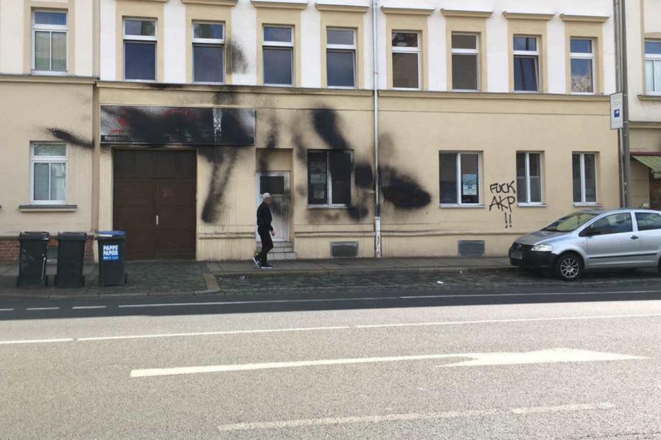 Das Gebäude in der Hermann-Liebmann-Straße vermutlich in der Nacht auf Donnerstag mit schwarzer Farbe beschmiert.