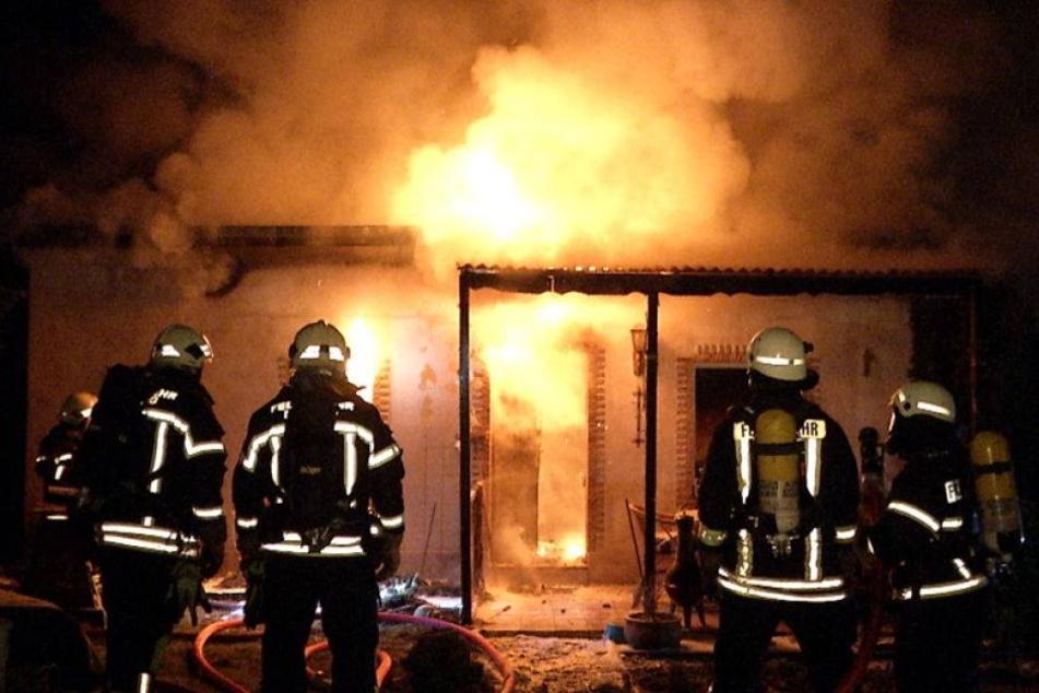 Gartenlauben gehen in Flammen auf