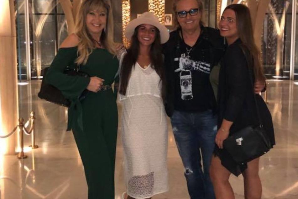 Carmen Geiss (52,l.), Sarah Lombardi (25), Robert Geiss (54) und Sarahs Freundin strahlen  für ein Foto um die Wette.