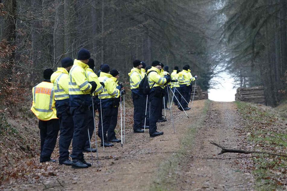 Auch am Mittwoch wird die Suche mit dutzenden Einsatzkräften fortgesetzt.