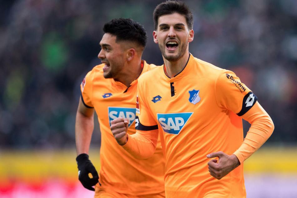 Hoffenheims Torschütze Florian Grillitsch (r) und Nadiem Amiri jubeln nach dem Treffer zur 3:2 Führung.