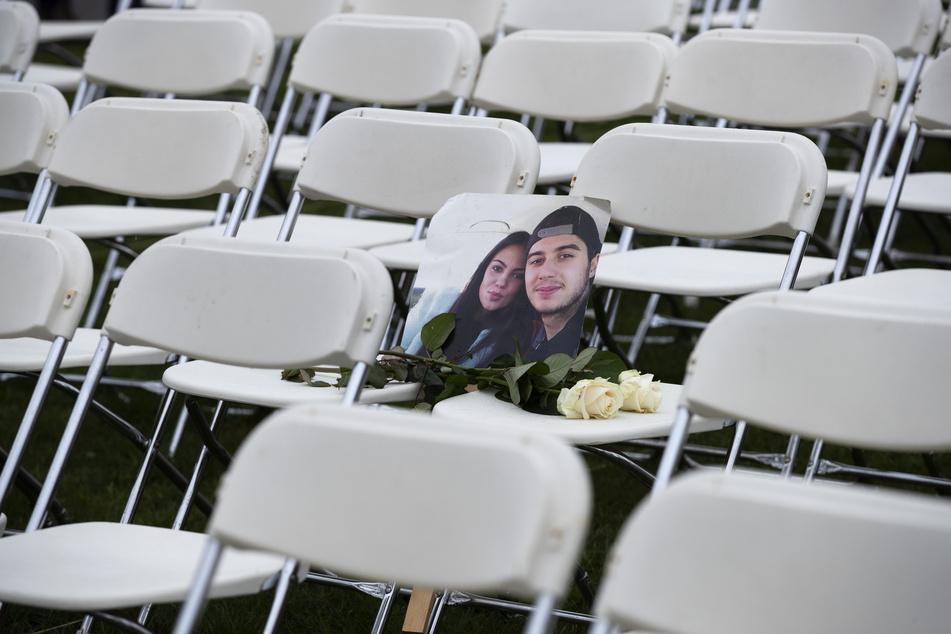 Bryce Fredriksz und seine Freundin Daisy. In einem Park gegenüber der russischen Botschaft wurden 298 leeren Stühlen platziert. Jeder steht für eines der 298 Opfer.